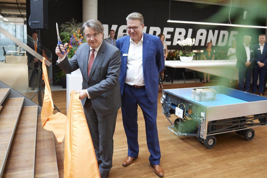 CDK van der Donk opent samen met Herman Molenaar  CFO van Vanderlande het nieuwe gebouw (gebouw 50) in Veghel